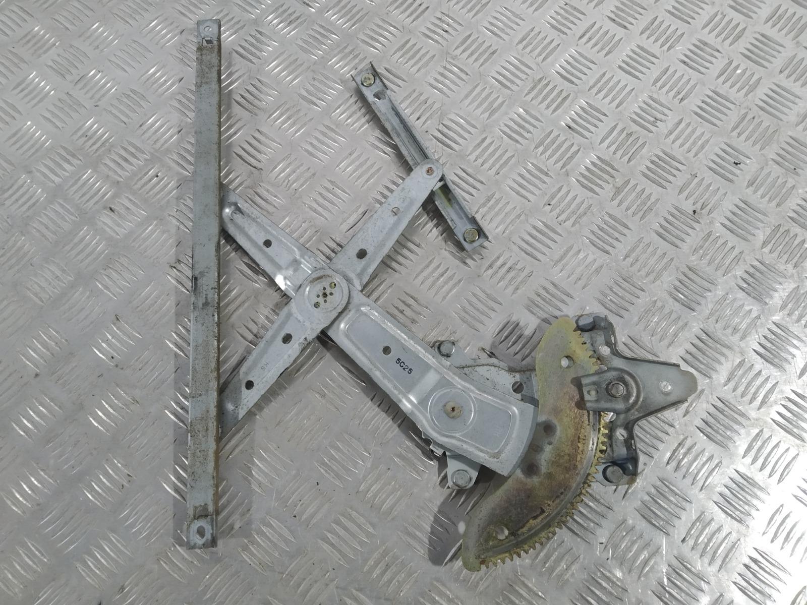 Стеклоподъемник электрический задний правый Kia Carens 2.0 CRDI 2005 (б/у)