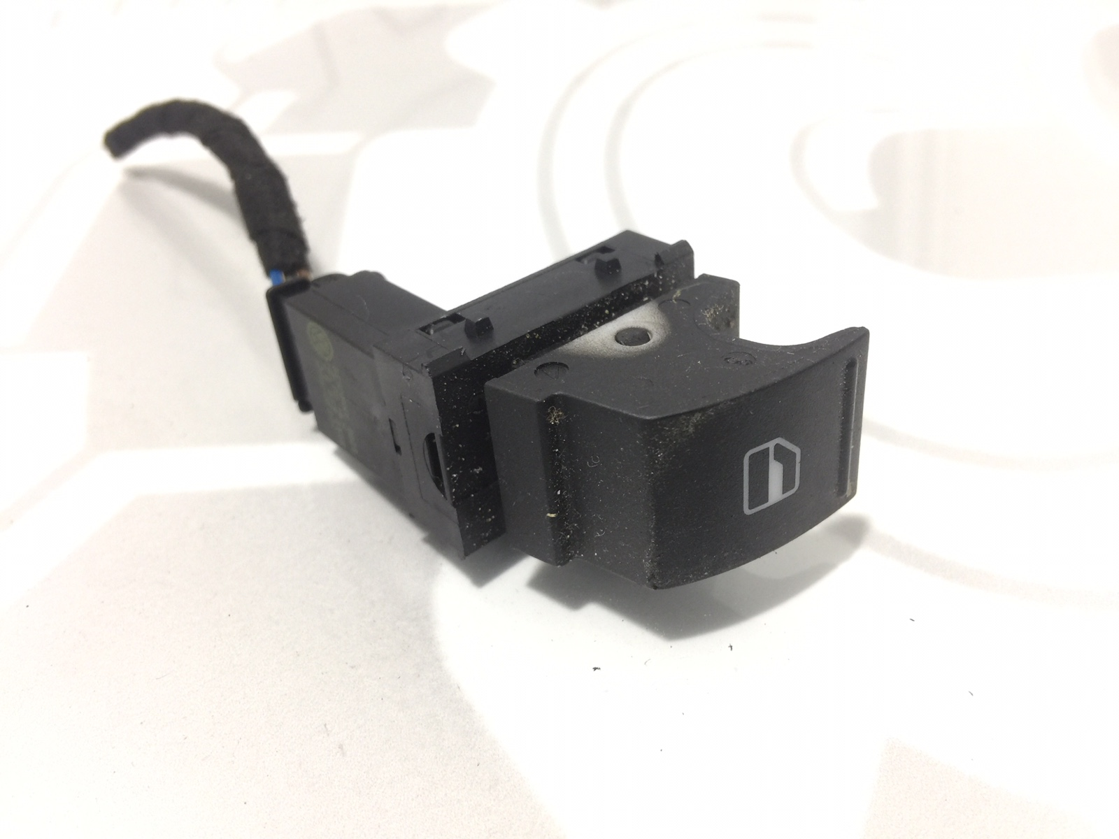 Кнопка стеклоподъемника Volkswagen Passat B6 2.0 TDI 2006 (б/у)