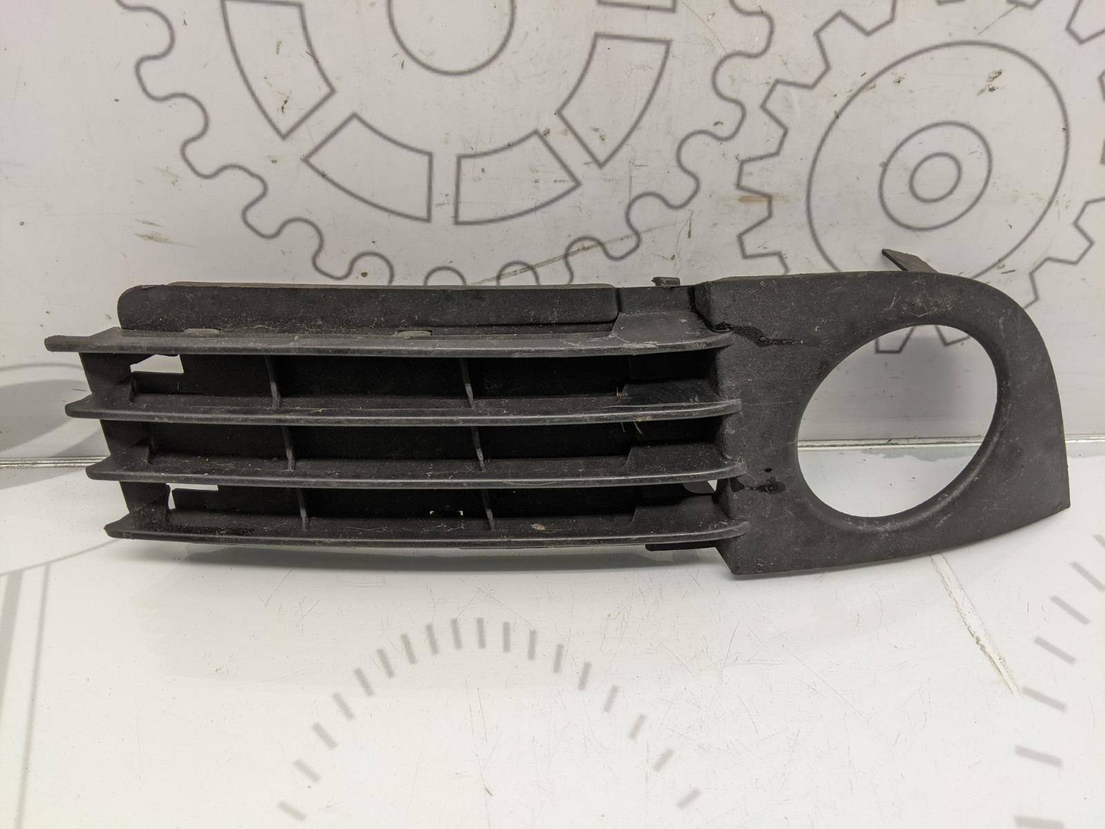 Заглушка (решетка) в бампер передний Audi A6 C5 2.5 TDI 2002 (б/у)