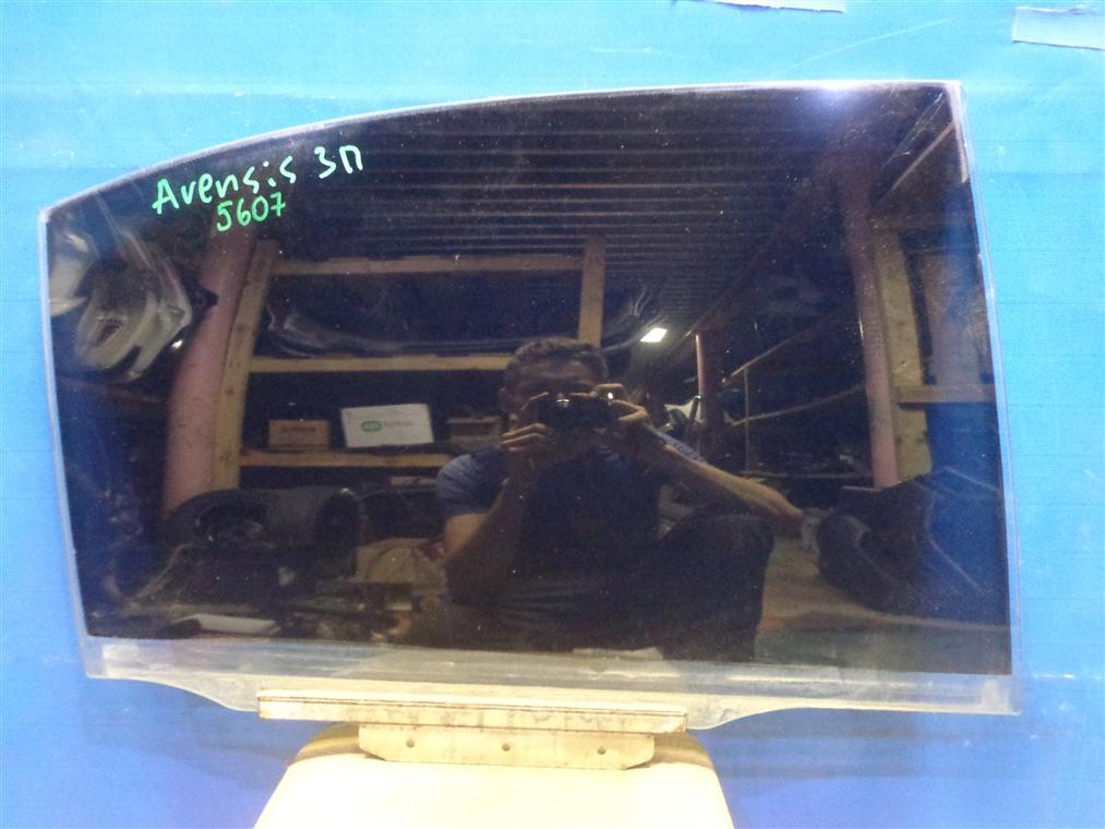 Стекло двери Toyota Avensis ZZT251L 2003 заднее правое (б/у)