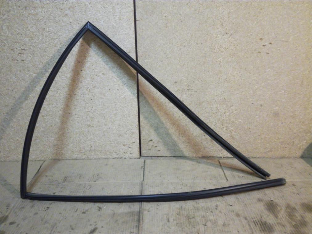 Уплотнитель стекла двери Nissan Tiida C11 2007 задний левый (б/у)