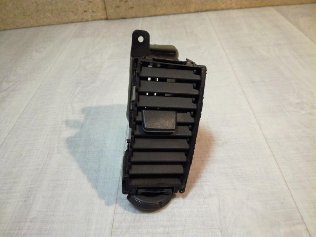 Дефлектор воздушный Nissan Tiida C11 2007 правый (б/у)