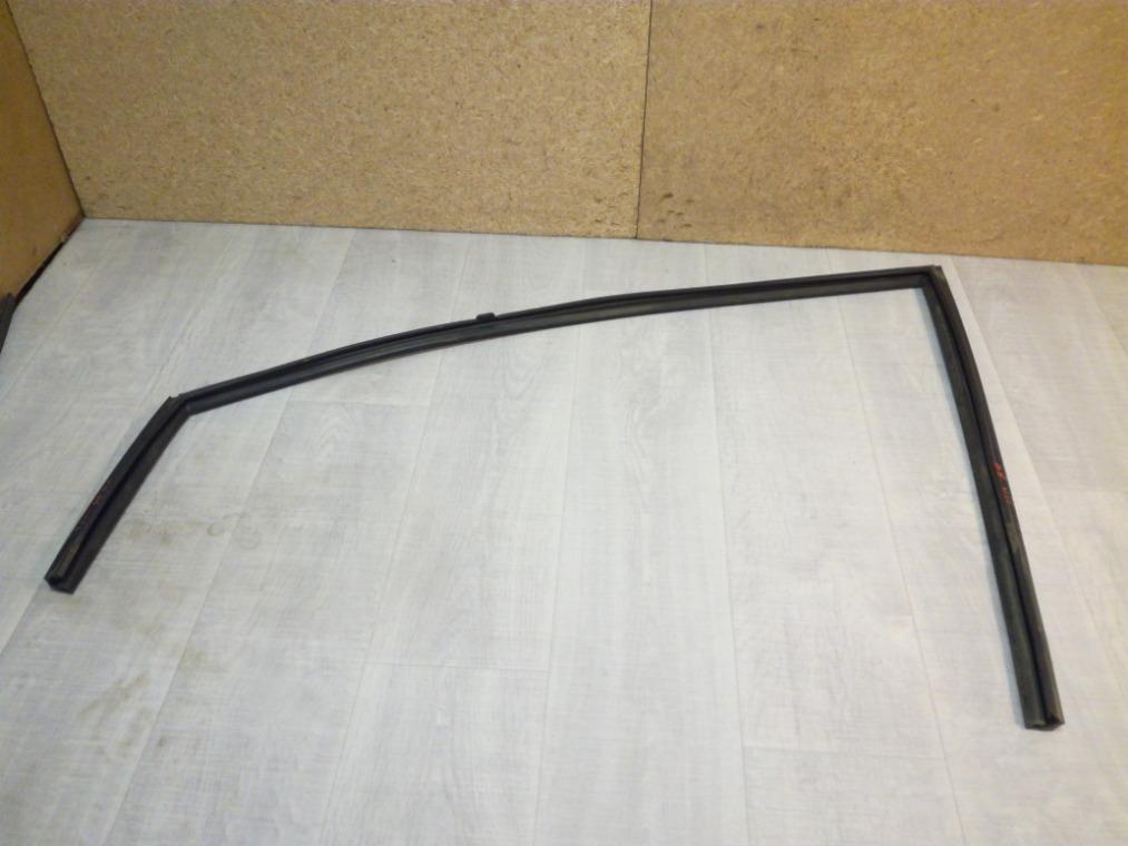Уплотнитель стекла двери Nissan Tiida C11 2007 передний левый (б/у)