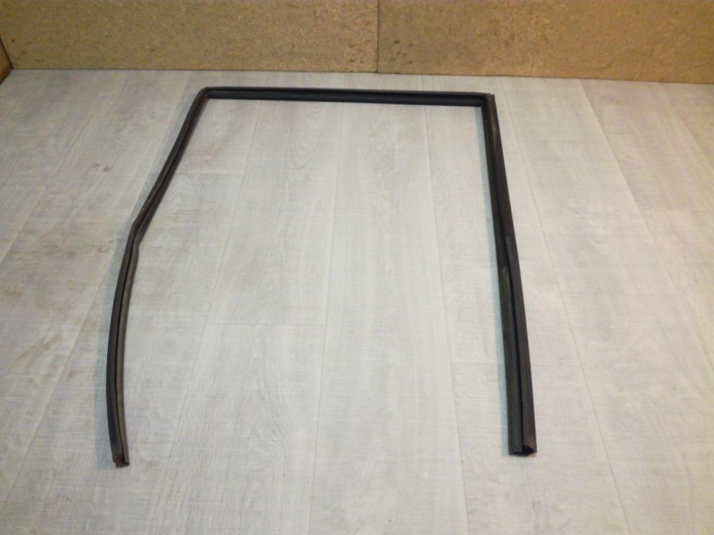 Уплотнитель стекла двери Nissan Tiida C11 2007 задний правый (б/у)