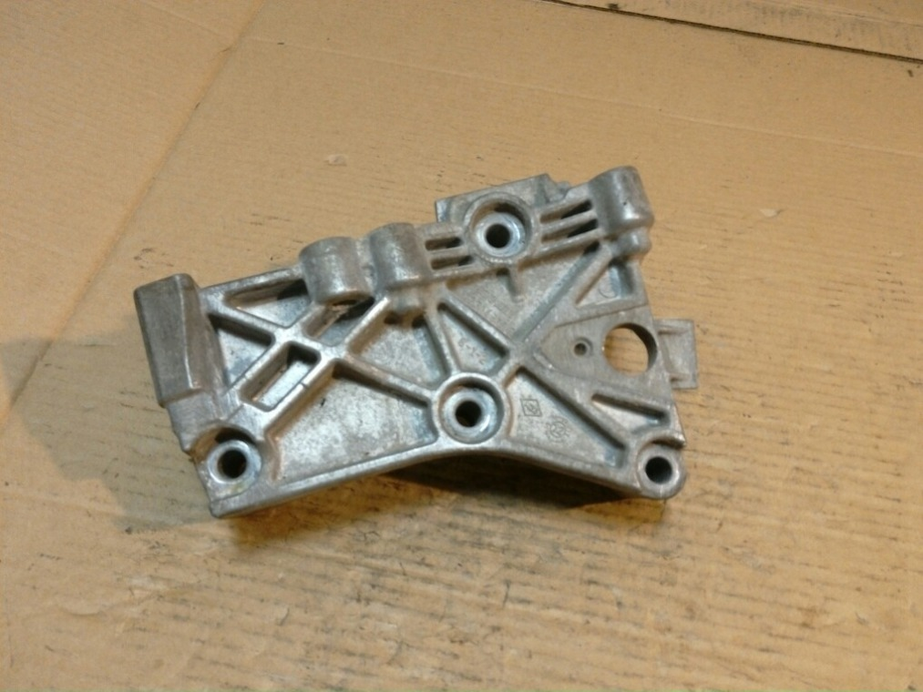 Кронштейн двигателя Renault Duster HSA 2012 правый (б/у)