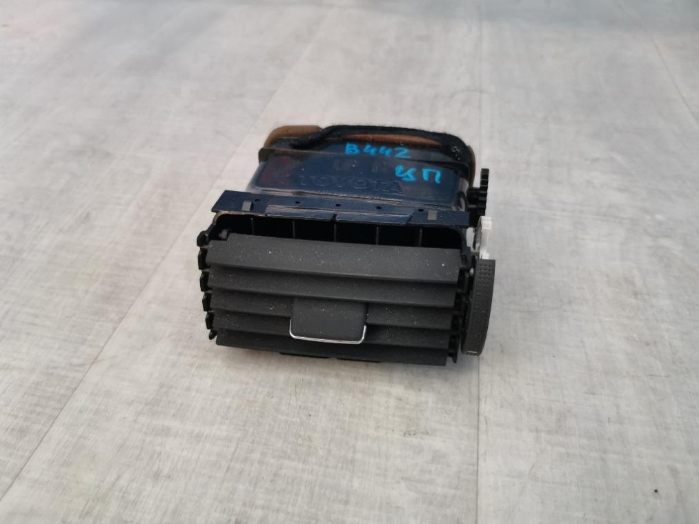 Дефлектор воздушный Toyota Avensis ZZT251L 2006 правый (б/у)