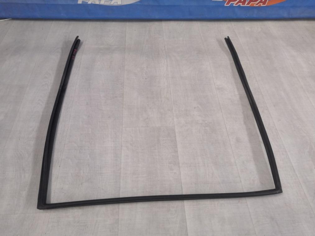 Уплотнитель стекла двери Toyota Avensis ZZT251L 2006 задний правый (б/у)