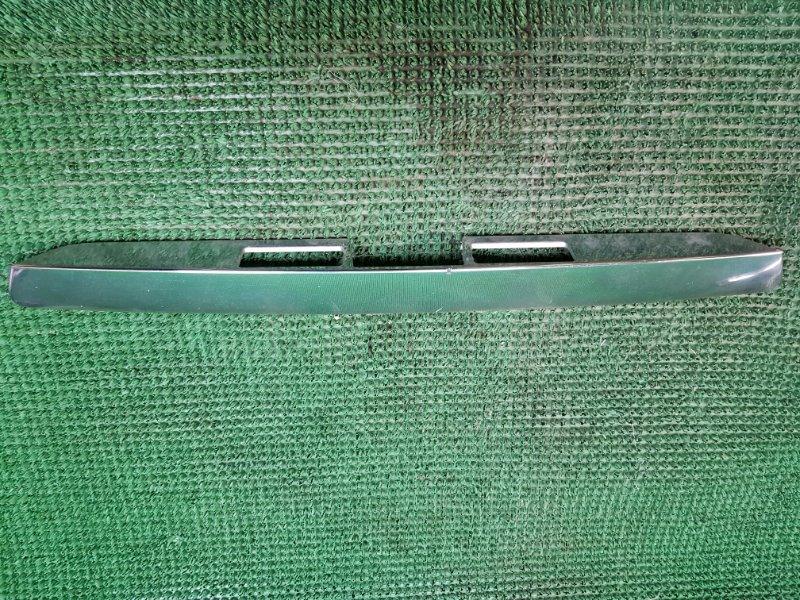 Накладка багажника Toyota Noah AZR60 задняя (б/у)