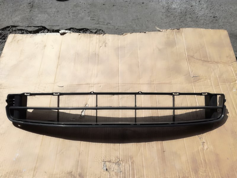 Решетка в бампер Honda Fit GD3 L12A1 2001 передняя нижняя