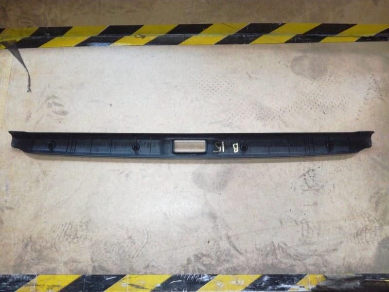 Накладка замка багажника Nissan Sunny B15 QG13DE задняя