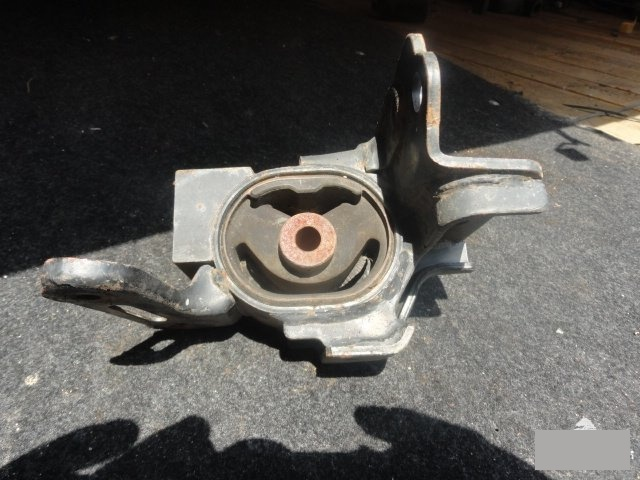 Подушка двигателя Toyota Corolla Axio NZE144 1NZ левая (б/у)