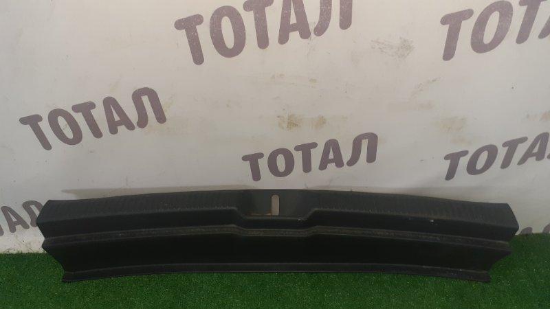 Планка под замок 5-й двери Toyota Wish ZNE14 1ZZFE 2004 (б/у)