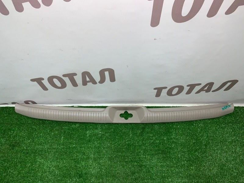 Планка под замок 5-й двери Toyota Noah AZR65G 1AZFSE 2004 (б/у)