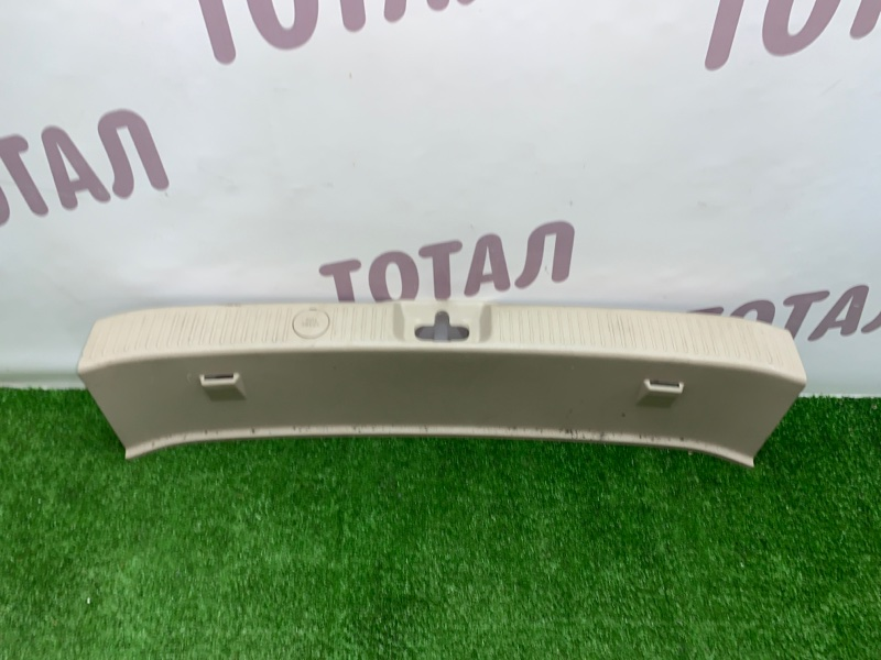 Планка под замок 5-й двери Toyota Gaia SXM15 3SFE 2002 (б/у)