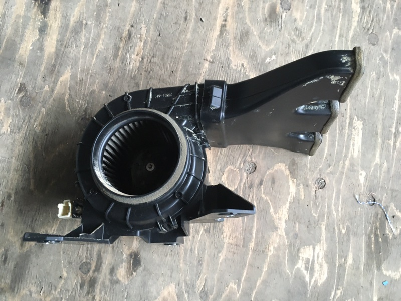 Мотор охлаждения батареи Toyota Vellfire AYH30 2AR-FXE 2015 правый (б/у)