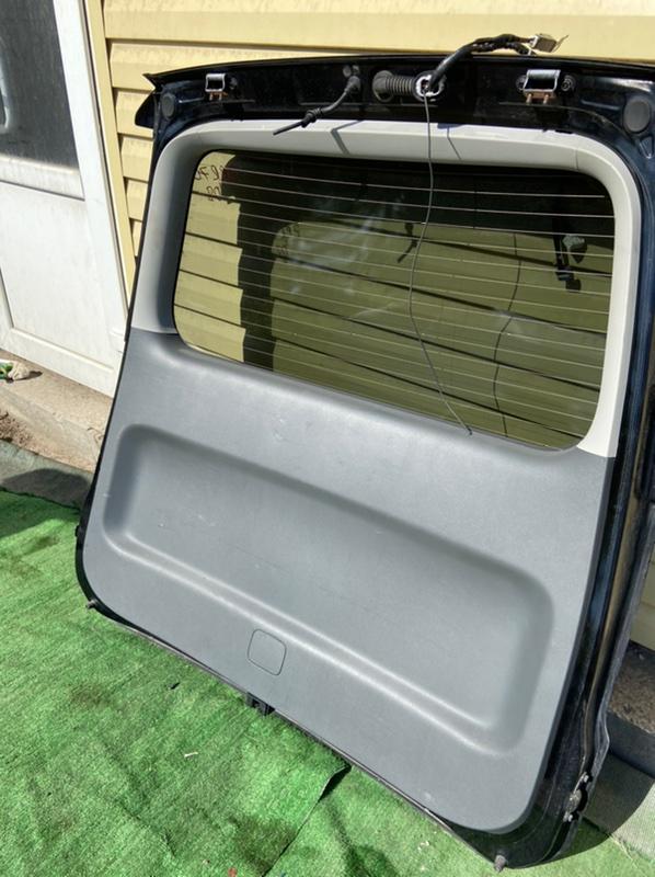 Обшивка двери багажника Toyota Noah ZRR70G