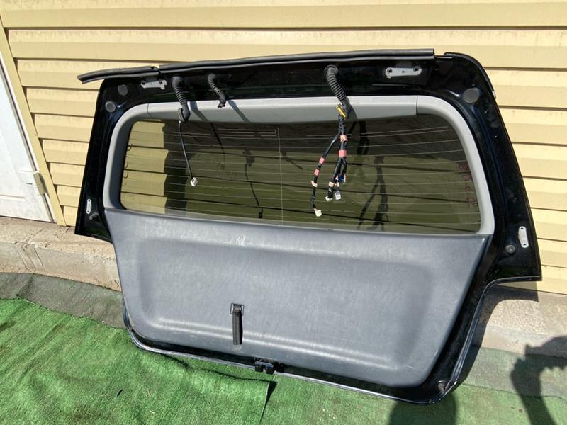 Обшивка двери багажника Toyota Kluger ACU20