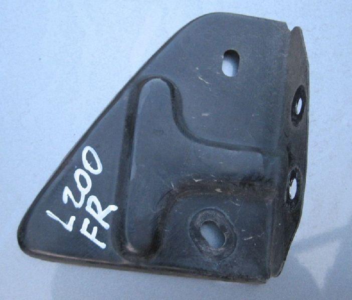 Дефлектор радиатора Mitsubishi L200 2005- KB4T 4D56 2005 правый (б/у)