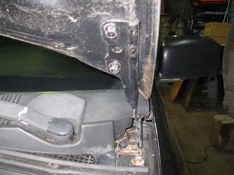 Петля капота Mitsubishi Lancer 9 CS1A 4G13 2000 2001 2002 2003 2004 2005 2006 2007 2008 2009 2010 2011 левая (б/у) MN126933