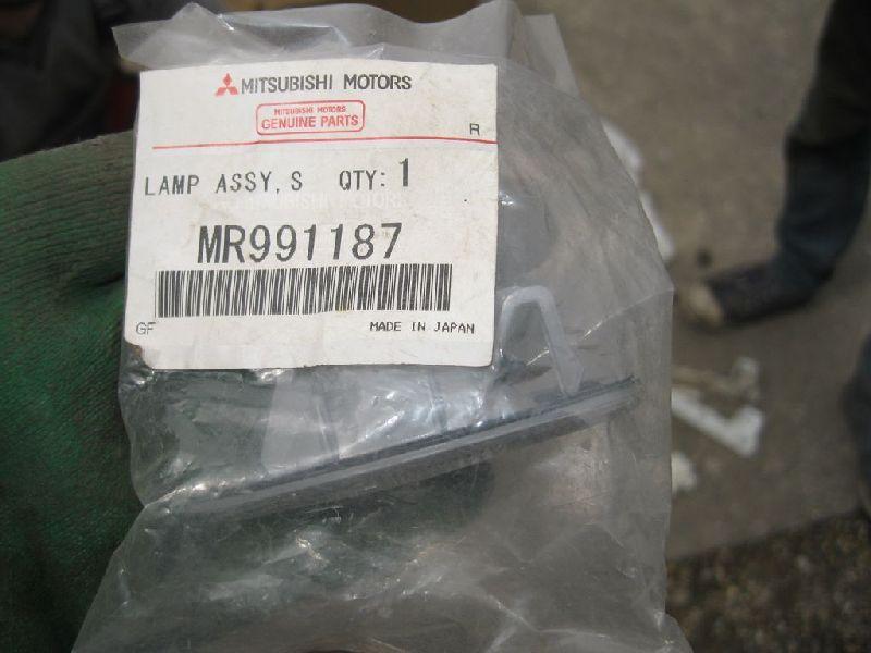 Повторитель поворотника Mitsubishi Lancer 9 CS1A 4G13 2000 2001 2002 2003 2004 2005 2006 2007 2008 2009 2010 2011 MR991187
