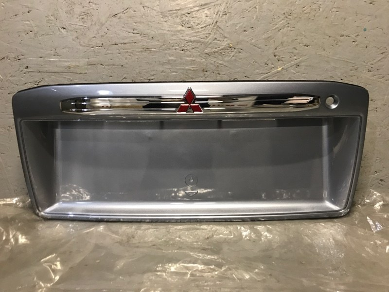 Накладка крышки багажника Mitsubishi Space Wagon N83W 4G63 1998 задняя MR972989