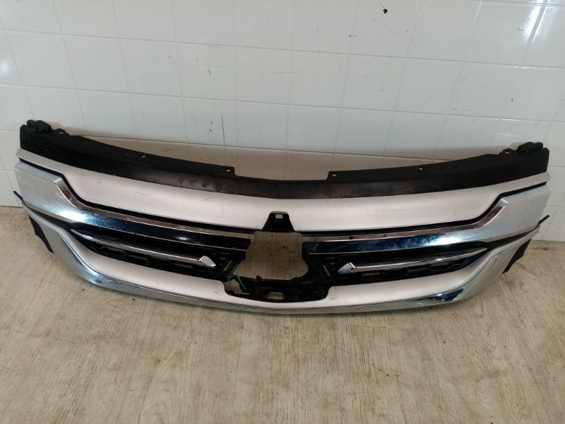 Решетка радиатора Mitsubishi Pajero Sport 3 KS1W 4N15 2017 передняя (б/у)