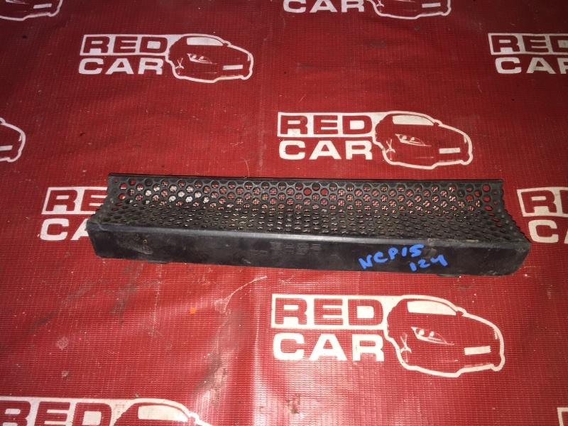 Решетка под лобовое стекло Toyota Vitz NCP15-0018671 2NZ 2000 (б/у)