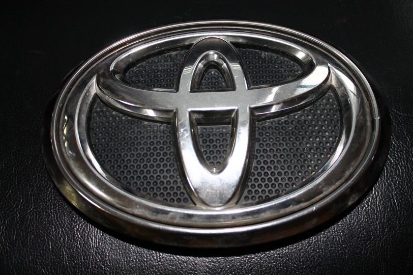 Эмблема Toyota Hilux Pick Up GUN125L 2GD 2016 передняя (б/у)