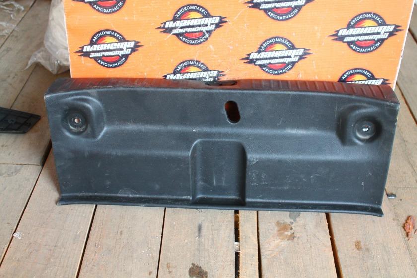 Пластик замка багажника Nissan Tiida Latio C11 HR15DE задний (б/у)