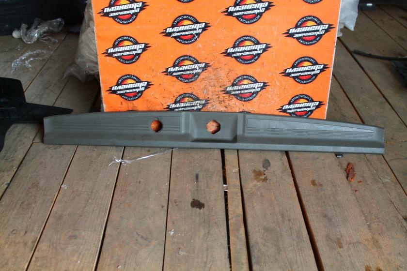 Пластик замка багажника Nissan Elgrand E50 задний (б/у)