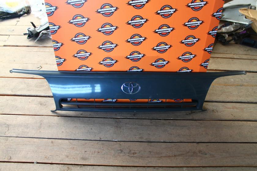 Решетка радиатора Toyota Hiace KZH106 передняя (б/у)