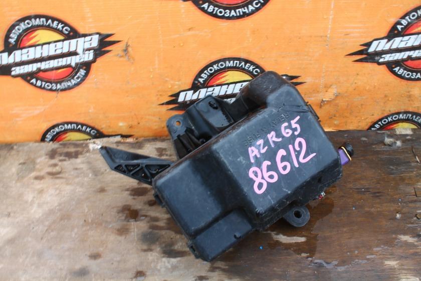 Блок предохранителей Toyota Noah AZR65 1AZ-FSE (б/у)