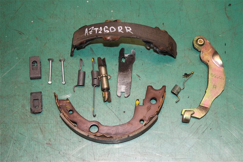 Зажим тормозной колодки Toyota Avensis AZT250 1AZ-FSE 2006 задний правый