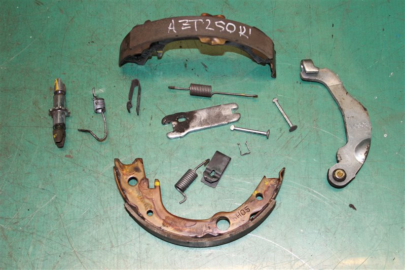 Зажим тормозной колодки Toyota Avensis AZT250 1AZ-FSE 2006 задний левый