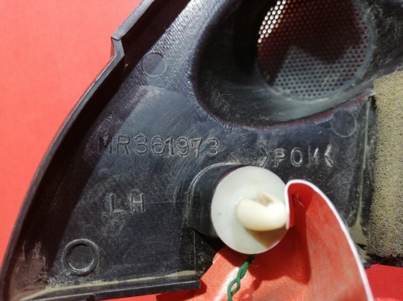 Уголок двери Mitsubishi Pajero Io H61W 4G93 1998 передний левый (б/у)