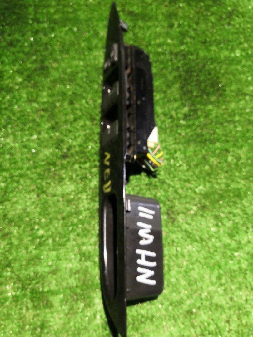 Блок управления стеклоподъемниками Toyota Prius NHW11 1NZFXE передний правый (б/у)