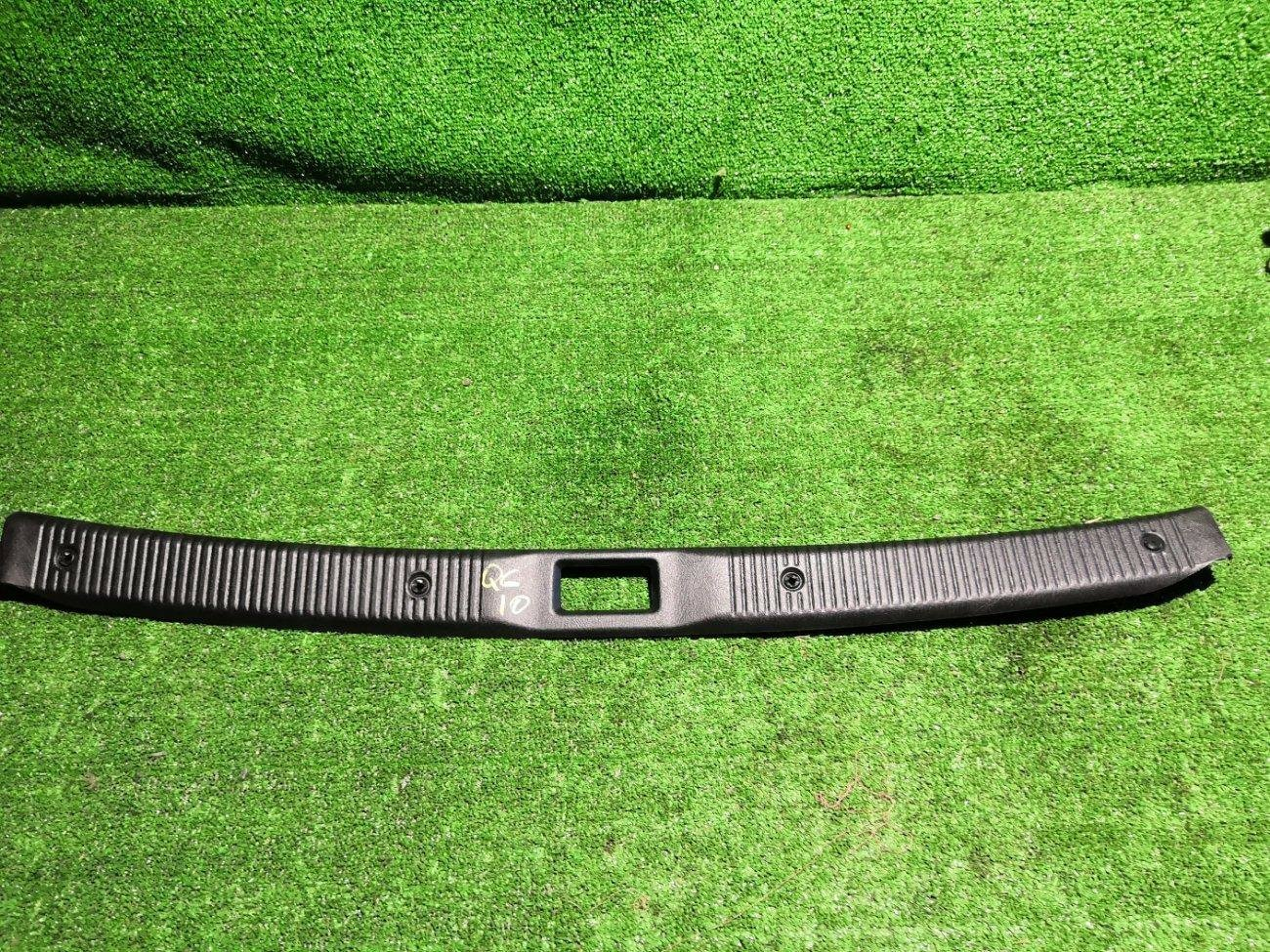 Накладка замка багажника Nissan Bluebird Sylphy QG10 QG18 задняя (б/у)