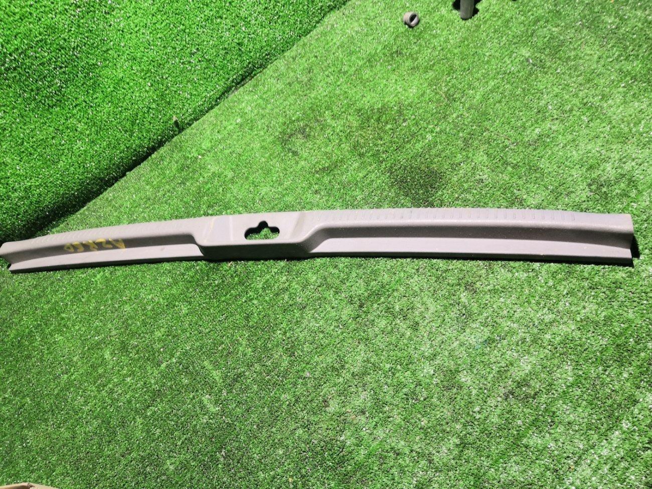 Накладка замка багажника Toyota Noah AZR6065 1AZFSE задняя (б/у)