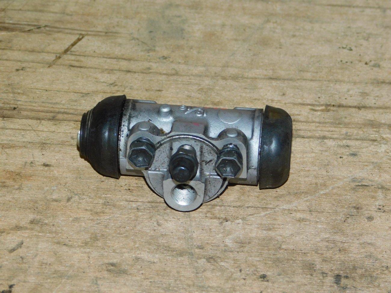 Тормозной цилиндр Toyota Aqua NHP10 1NZ-FXE задний правый (б/у)
