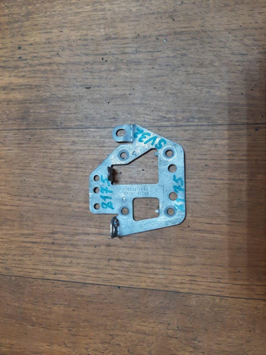 Крепление магнитофона Toyota Vista SV32 левое (б/у)