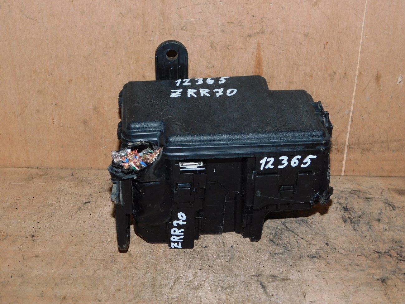 Блок предохранителей под капот Toyota Voxy ZRR70 3ZR-FE (б/у)