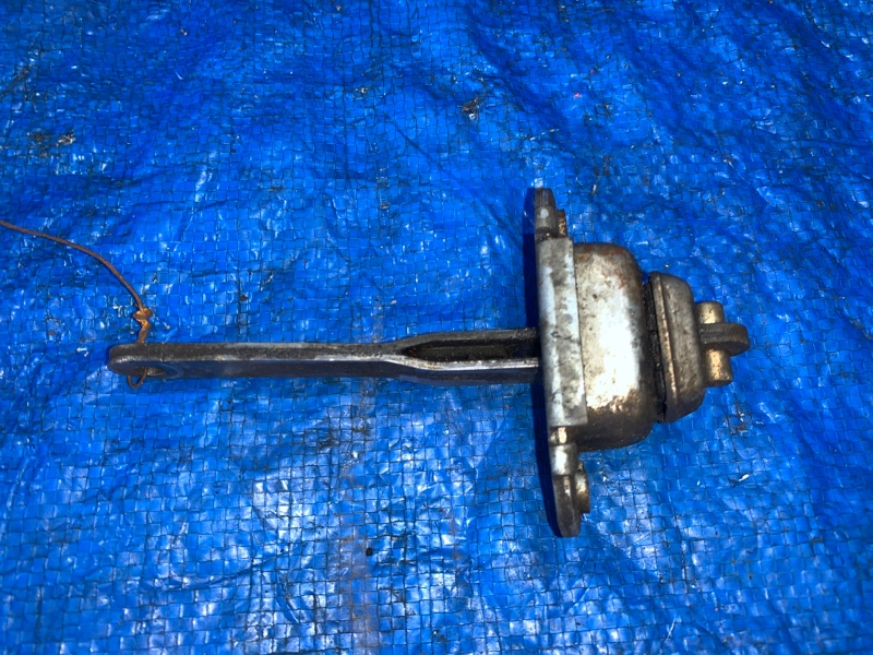 Ограничитель двери Nissan Datsun BMD21 TD27 передний правый (б/у)