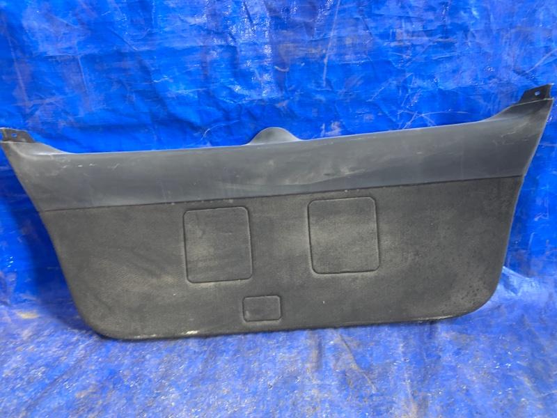 Обшивка двери багажника Toyota Avensis AZT250 задняя (б/у)