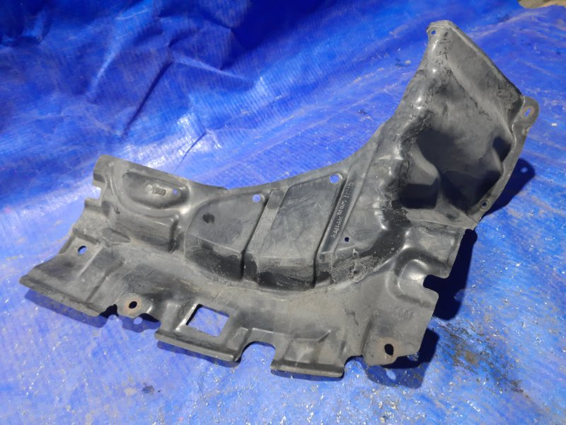 Защита двигателя Toyota Ist передняя правая (б/у)
