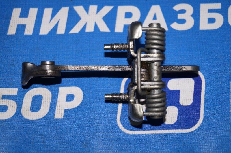 Ограничитель двери Renault Duster 2.0 F4RB403 2012 передний правый (б/у)