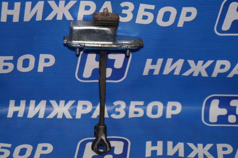 Ограничитель двери Kia Sportage 3 2.0 (G4KD) 2013 передний левый (б/у)