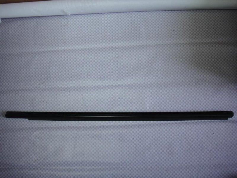 Уплотнитель стекла двери Mercedes-Benz E-Class W211 M272.943 2006 передний левый (б/у)