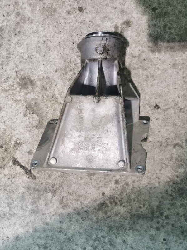 Опорный кронштейн привода Bmw 5-Series F11 3.0 N57D30A 2009 передний правый (б/у)