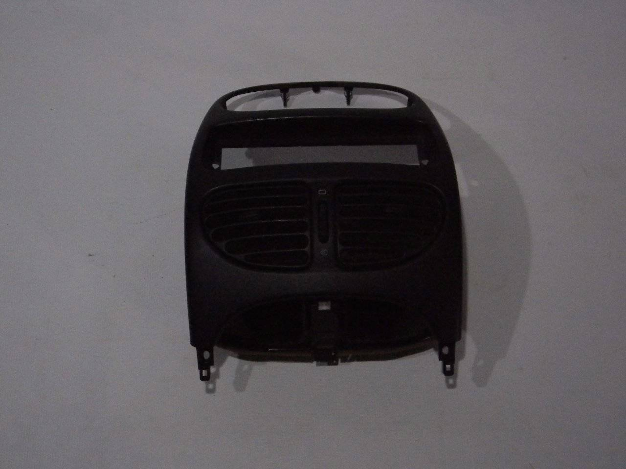 Накладка (кузов внутри) на торпедо центральная Peugeot 206 2A/C TU1JP 2005