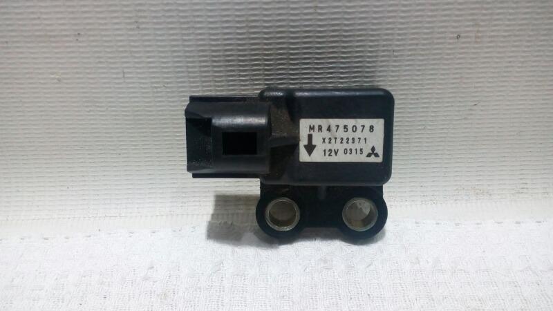 Датчик airbag Mitsubishi Pajero V75W 6G74 2000 задний правый